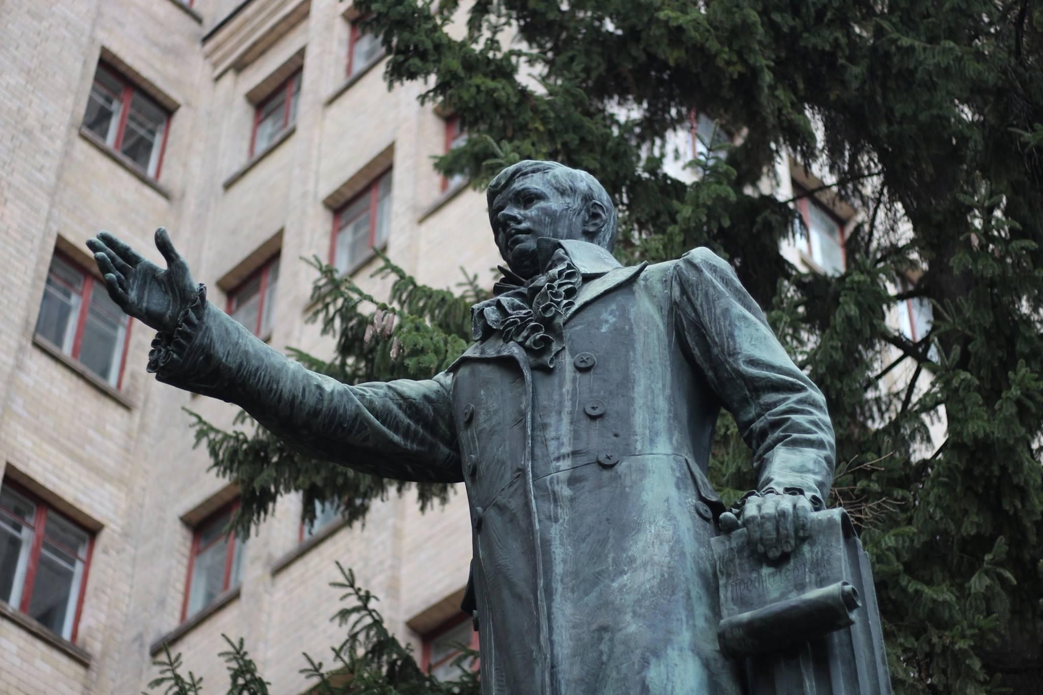 Харьковчане предлагают перенести памятник Каразину на площадь Свободы